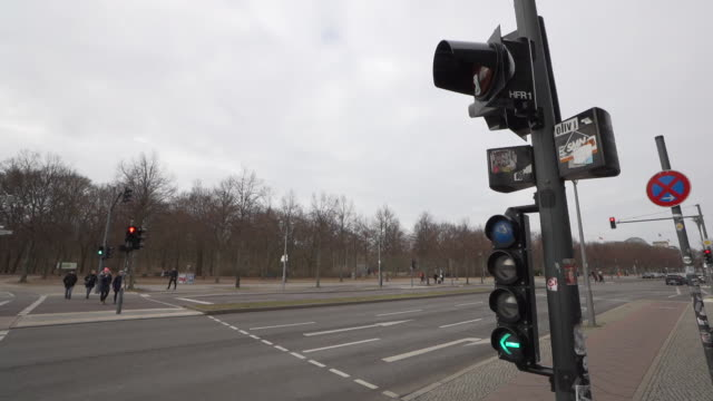 traffic lights 50fps in berlin general views on february 07 2019 in berlin germany - verkehrs leuchtsignal stock-videos und b-roll-filmmaterial