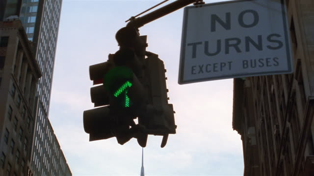 vidéos et rushes de cu td traffic lights and chrysler building / new york city, new york, usa - flèche clocher