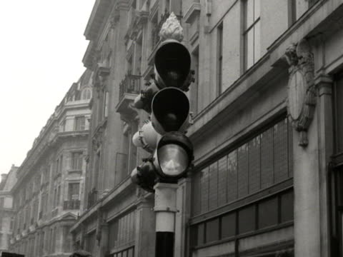 traffic lights change colour at oxford circus - autobus a due piani video stock e b–roll
