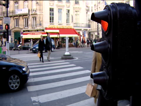 traffic lights control movement of traffic and pedestrians at road junction paris - verkehrs leuchtsignal stock-videos und b-roll-filmmaterial
