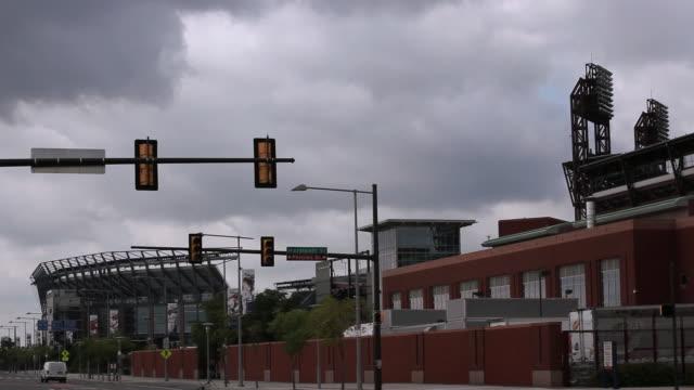 vídeos de stock e filmes b-roll de ws traffic lights flashing amber on street near citizens bank park / philadelphia, pennsylvania, united states - citizens bank park
