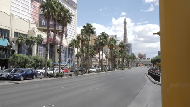 traffic lights near the caesars palace hotel and casino on the strip, las vegas boulevard, las vegas, nevada, united states of america, north america - kraneinstellung stock-videos und b-roll-filmmaterial