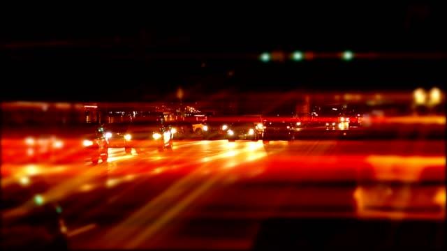 ampel auf der main street in fredericksburg, texas. - rücklicht stock-videos und b-roll-filmmaterial