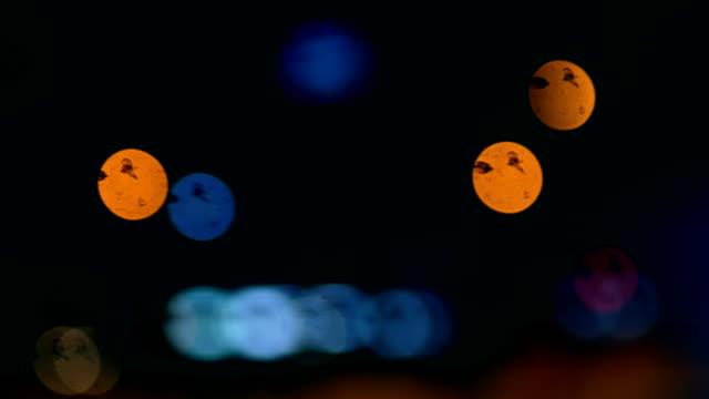トラフィック ライト、路面電車、夜、都市生活を渡す - 路面軌道点の映像素材/bロール