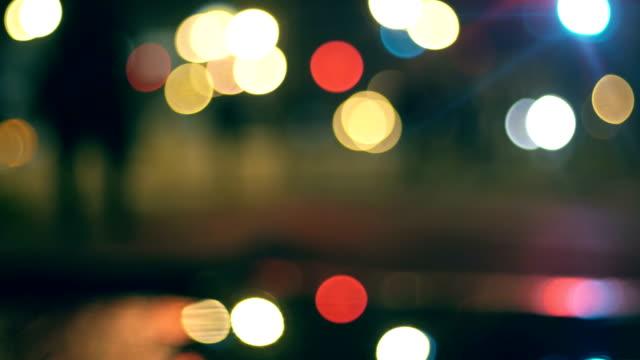 vídeos de stock e filmes b-roll de traffic lights reflection in pool, passing cars, night - reflection