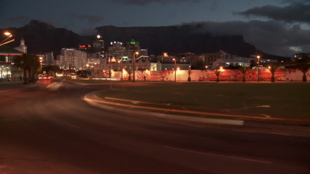 traffic moves about the streets of cape town. available in hd. - テーブルマウンテン国立公園点の映像素材/bロール