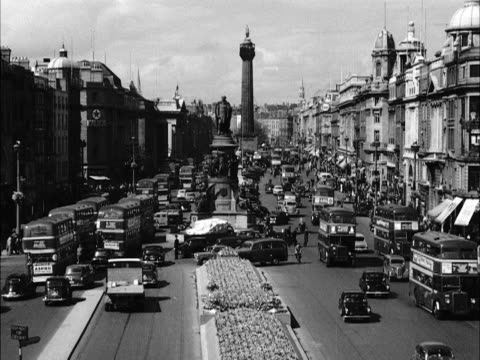 traffic moves along a busy o'connell street in dublin - アイルランド共和国点の映像素材/bロール