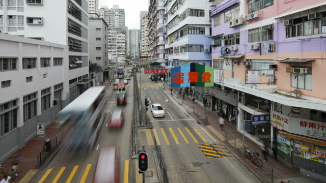 vidéos et rushes de traffic moves along a street in mong kok. - mong kok