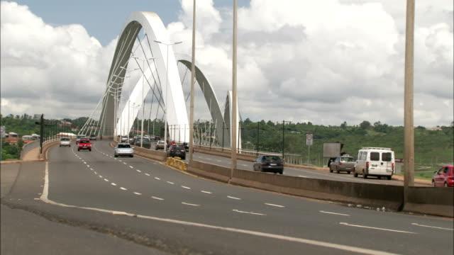 traffic moves along the juscelino kubitschek road bridge in brazil. available in hd. - juscelino kubitschek bridge stock videos & royalty-free footage