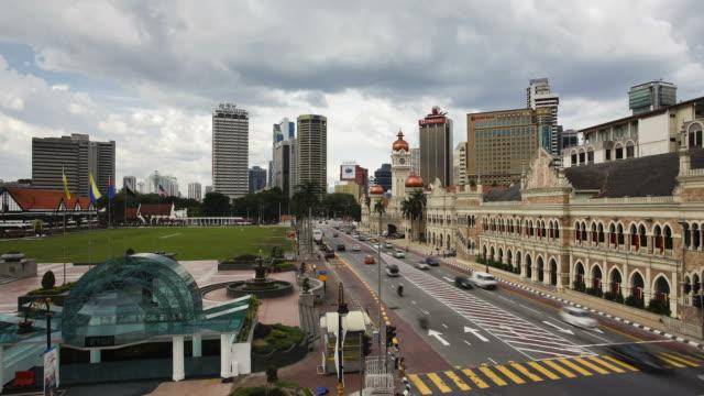 vídeos y material grabado en eventos de stock de traffic moves past the sultan abdul samad building along merdaka square in kuala lumpur, malaysia. - edificio del sultán abdul samad