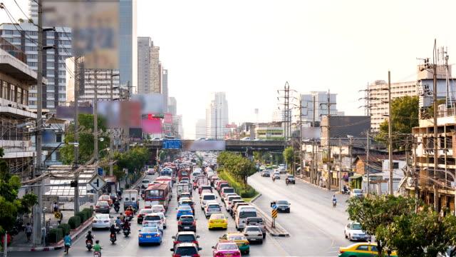 Der sich langsam auf einer belebten Straße in Bangkok, Thailand.