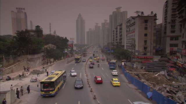 traffic moves through chongqing, china. - 社会問題点の映像素材/bロール