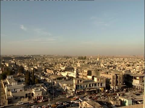 traffic moves through the crowded city of mosul, iraq. - iraq 個影片檔及 b 捲影像