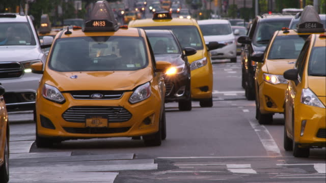 vidéos et rushes de traffic moving along 1st avenue on a hot day - yellow taxi
