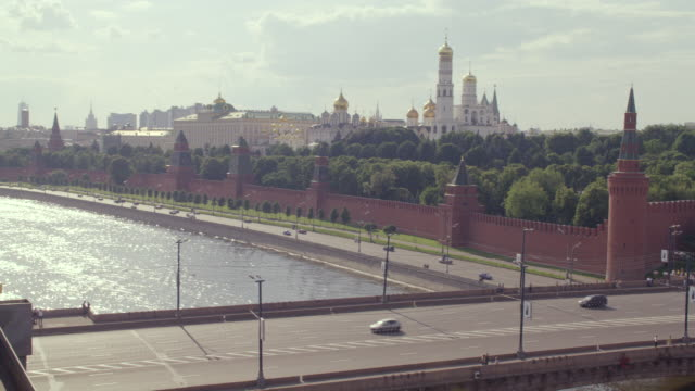 ws traffic moving along moscow river to northern wall of kremlin with st. basil and domes of ivan the great towers - 2007 bildbanksvideor och videomaterial från bakom kulisserna