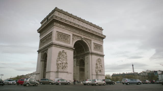 vídeos y material grabado en eventos de stock de ws traffic moving around the arc de triomphe / paris, france - arco del triunfo parís