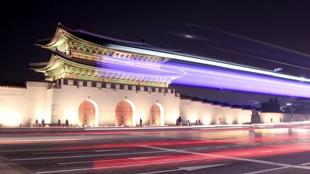 ms t/l traffic moving in front of gwanghwamun at night (front gate of gyeongbokgung royal palace) / seoul, south korea - besichtigung stock-videos und b-roll-filmmaterial