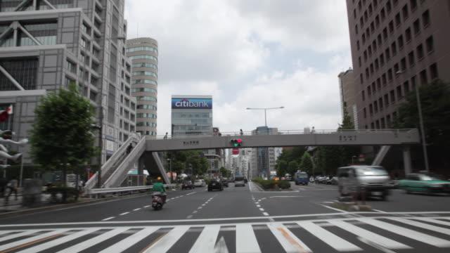 ms pov traffic moving in neighborhood of aoyama / tokyo, japan - 車の視点点の映像素材/bロール