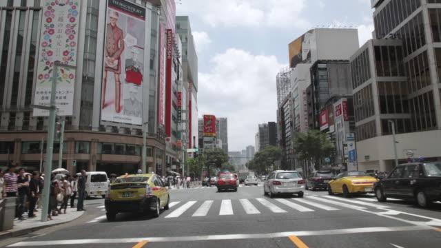 vídeos de stock e filmes b-roll de ms pov traffic moving in neighborhood of ginza / tokyo, japan - veículo terrestre