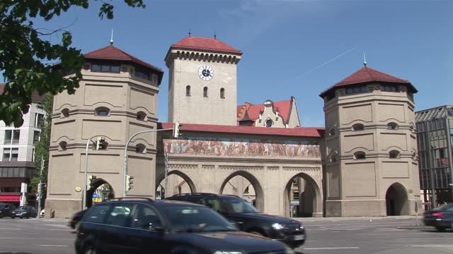 "ms traffic moving infront of one of former city gates at ""isartor"" / munich, bavaria, germany - 門点の映像素材/bロール"