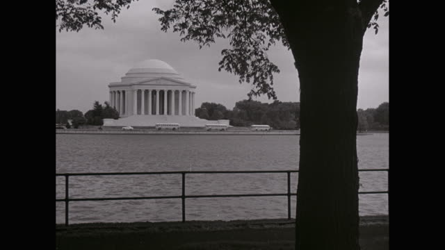 ws traffic moving nearby jefferson memorial, potomac river in foreground / washington dc, united states - potomac river stock-videos und b-roll-filmmaterial