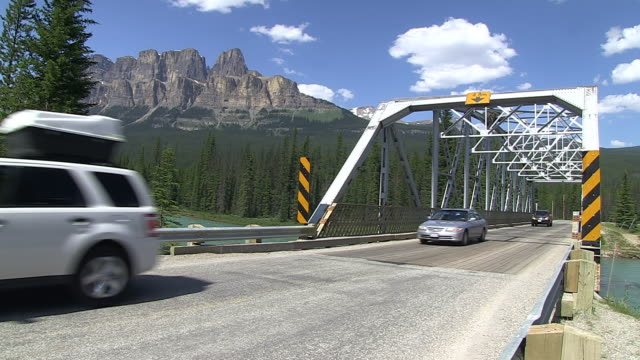 MS Traffic moving on bridge over Bow River in front of Castle Mountain /  Banff Nationalpark, Alberta, Canada