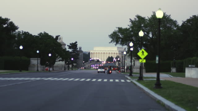 ws traffic moving on highway at dusk / washington, district of columbia, united states - フェードイン点の映像素材/bロール