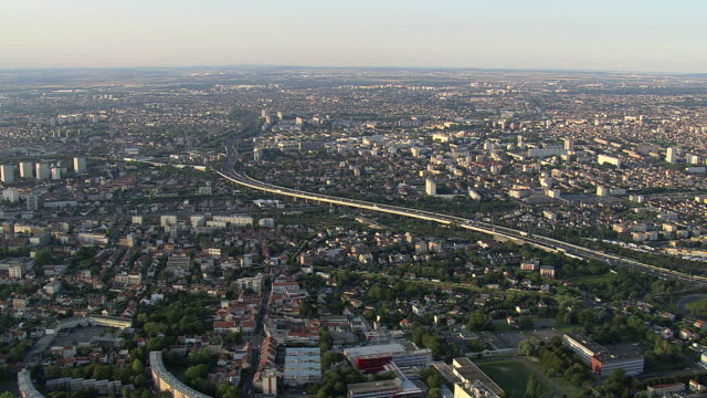 vidéos et rushes de ws aerial zi traffic moving on highway in peripherique / paris, france - grands axes de circulation