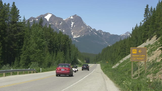 MS Traffic moving on road through Icefields Parkway / Lake Louise, Banff Nationalpark, Alberta, Canada