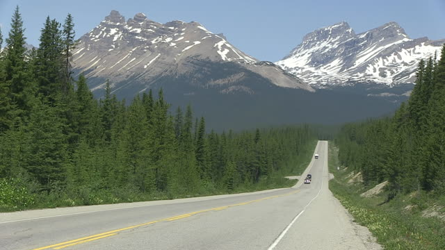 WS Traffic moving on road through Icefields Parkway / Lake Louise, Banff Nationalpark, Alberta, Canada