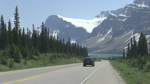 WS Traffic moving on road through Icefields Parkway near Bow Lake / Banff Nationalpark, Alberta, Canada