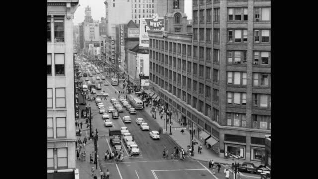 vídeos y material grabado en eventos de stock de traffic moving on street in city, rochester, new york state, usa - señal de carretera