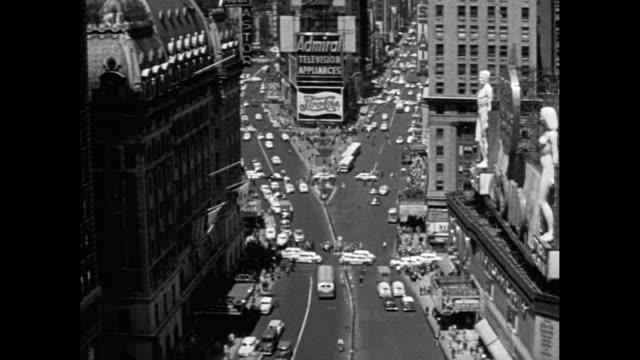 vídeos de stock, filmes e b-roll de ws ha traffic moving on street with buildings in city / times square, midtown manhattan, new york city, new york state, united states - figura feminina