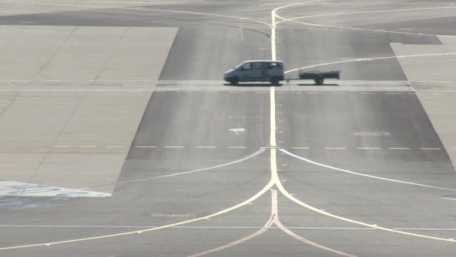 ms traffic moving on taxiway / frankfurt, hesse, germany   - taxiway stock-videos und b-roll-filmmaterial