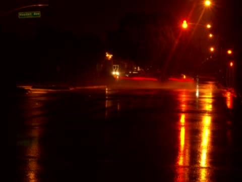traffic moving on the road - 乗り物の明かり点の映像素材/bロール