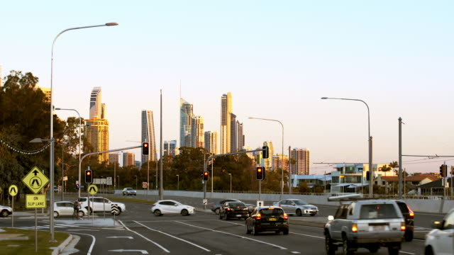 vídeos y material grabado en eventos de stock de tráfico a través de una intersección con el horizonte al atardecer - vehículo comercial terrestre