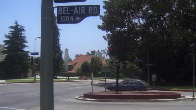 vídeos y material grabado en eventos de stock de ms pan traffic moving through gates at bel-air road - street name sign