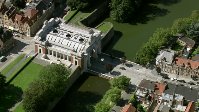ms aerial ds zo traffic moving under menin gate / flanders, belgium - tourist stock videos & royalty-free footage