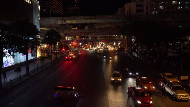 トラフィックの交差点で夜の時間 - エラワン聖堂点の映像素材/bロール