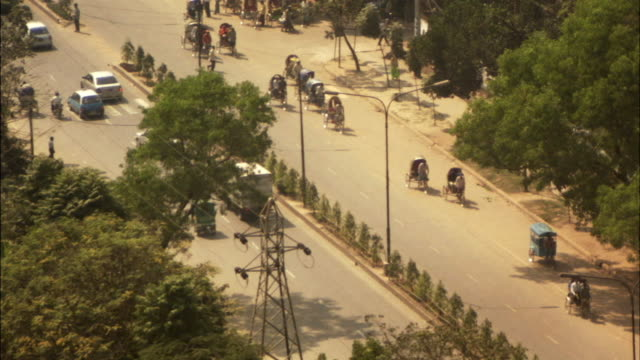 ms, ha, traffic of rickshaws and cars on street, dhaka, bangladesh - dhaka stock-videos und b-roll-filmmaterial