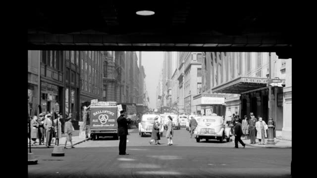 vidéos et rushes de traffic on 43rd street and vanderbilt avenue viewed from grand central station / biltmore hotel in view ballentine beer truck heavy pedestrian and... - avenue