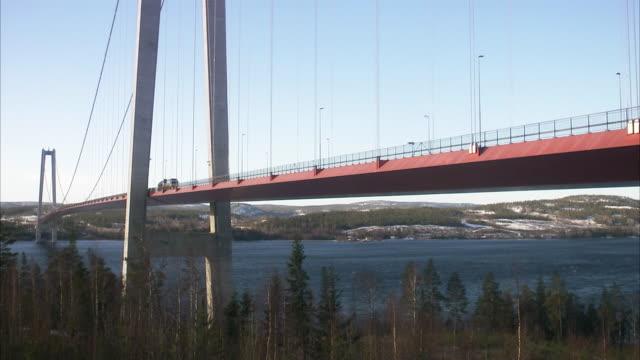 stockvideo's en b-roll-footage met traffic on a bridge hoga kusten bridge sweden. - brug mens gemaakte bouwwerken