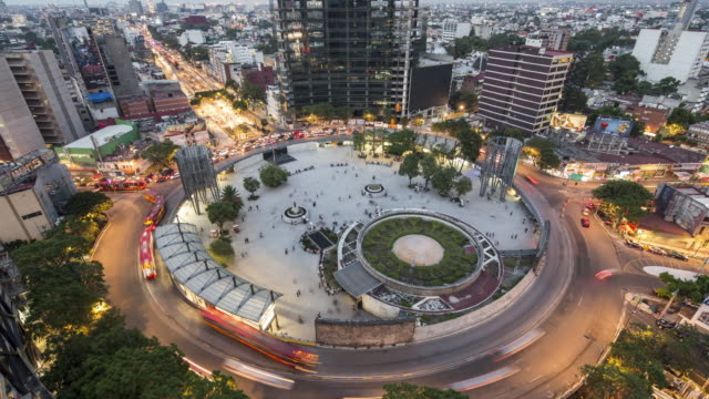 vídeos de stock, filmes e b-roll de ws traffic on a mexico city roundabout / mexico city, mexico - time lapse de trânsito
