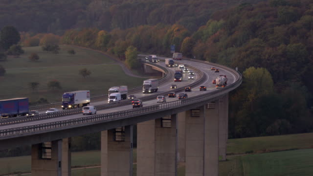traffic on autobahn bridge (dawn) - brücke stock-videos und b-roll-filmmaterial