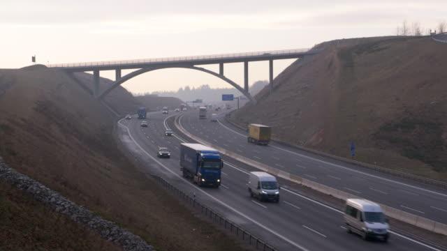 vídeos y material grabado en eventos de stock de traffic on autobahn, time lapse. - back lit
