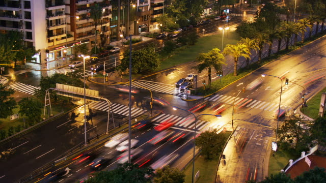 t/l, ws, ha, traffic on avenida 9 de julio and arroyo intersection at night, buenos aires, argentina - avenida 9 de julio video stock e b–roll