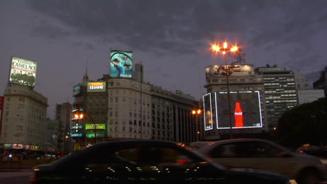 ws pan traffic on avenida 9 de julio at dusk, buenos aires, argentina - avenida 9 de julio video stock e b–roll