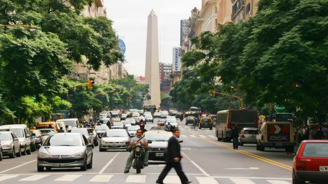 t/l, ws, traffic on avenida 9 de julio with obelisk in background,  buenos aires, argentina - avenida 9 de julio video stock e b–roll