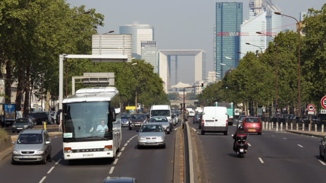 stockvideo's en b-roll-footage met ws traffic on avenue charles de gaulle going through la defense business district / paris, ile de france, france - breedbeeldformaat