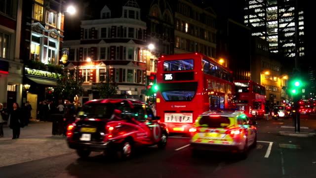 vídeos de stock, filmes e b-roll de bishopsgate tráfego na estrada na cidade de londres à noite - pub